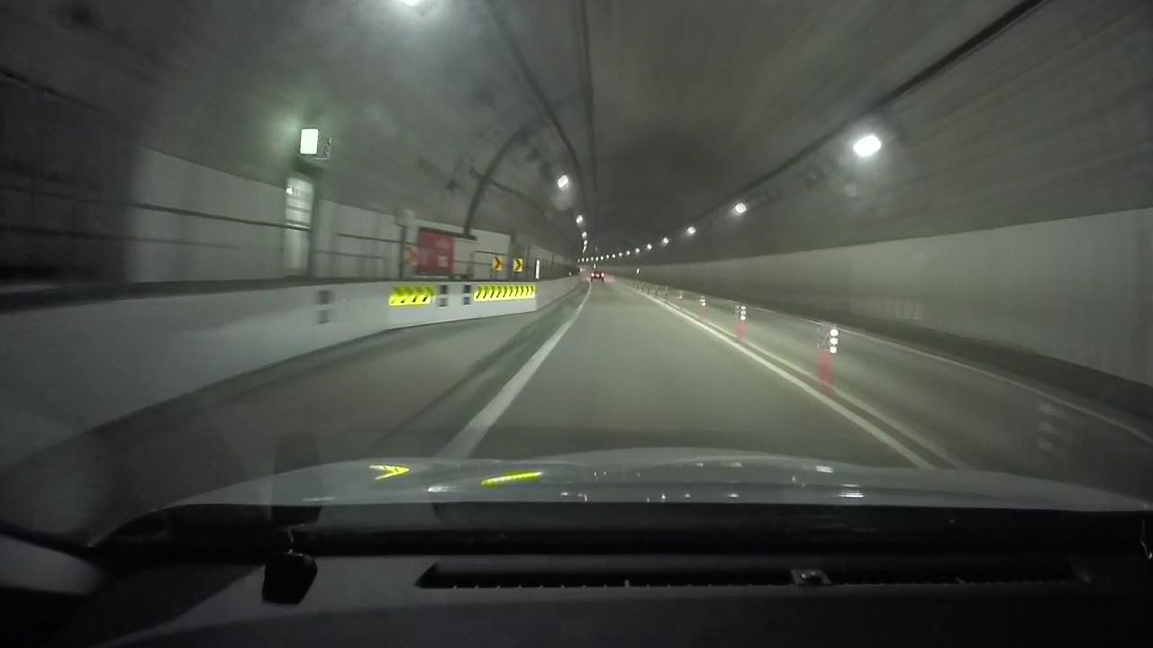 恐る恐るトンネルへ侵入。(DRD-H66映像:道東自動車道にて)