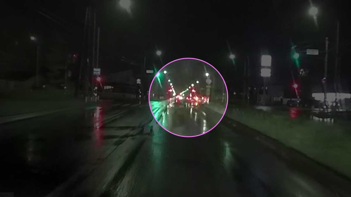 ドラレコ映像:交差点を超えても逆走継続。