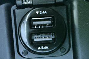 C-HR センターコンソールに超小型USB充電器装着