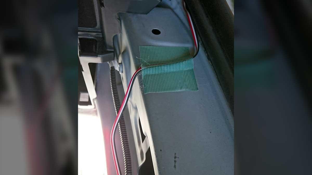 配線を養生テープで固定