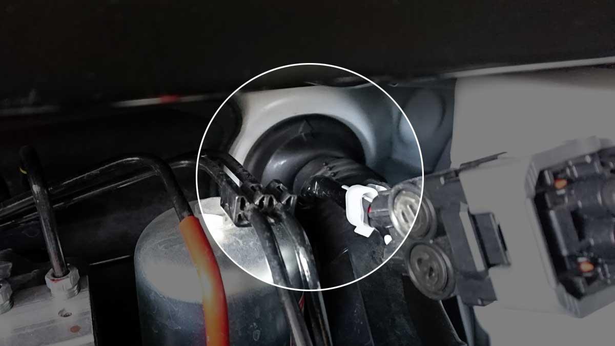 配線を車内に引き込んでいるブーツ