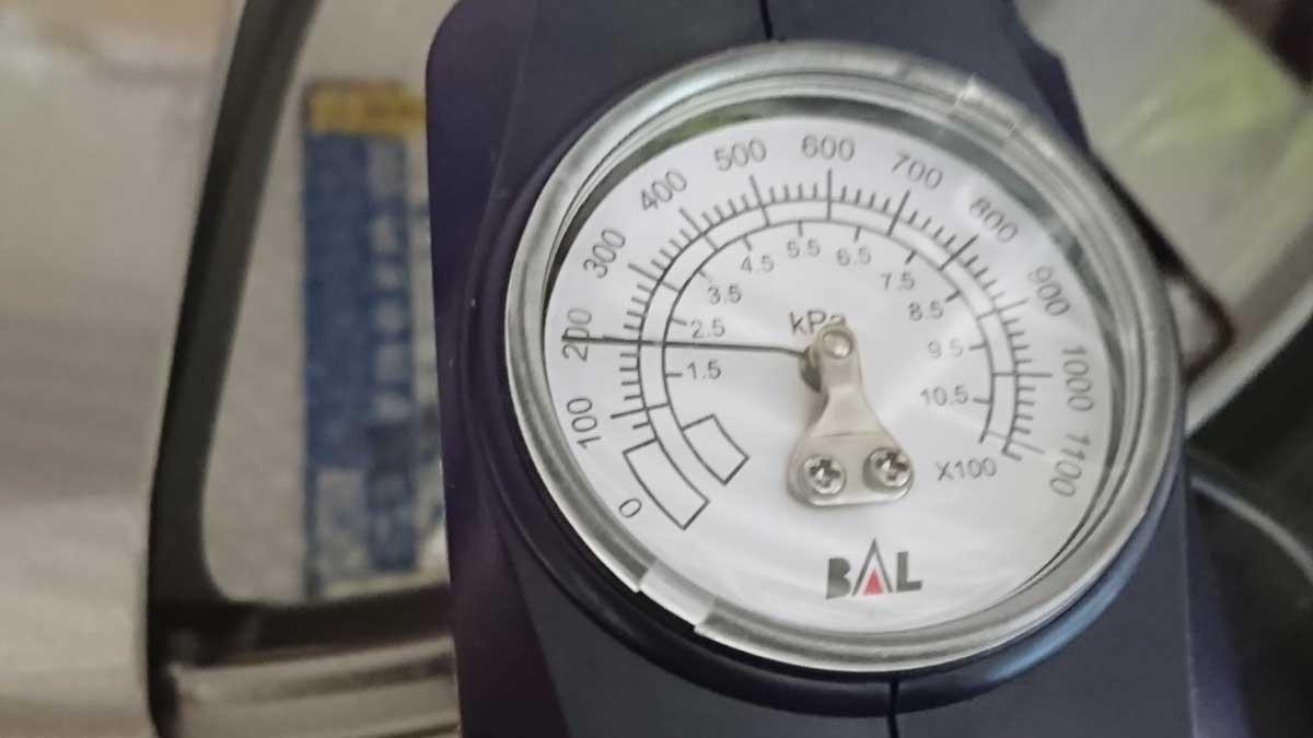 空気圧を調整する必要があります。
