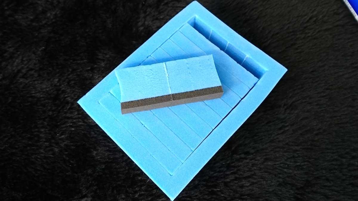 専用スポンジは黒い部分に薬剤を適量垂らして使用