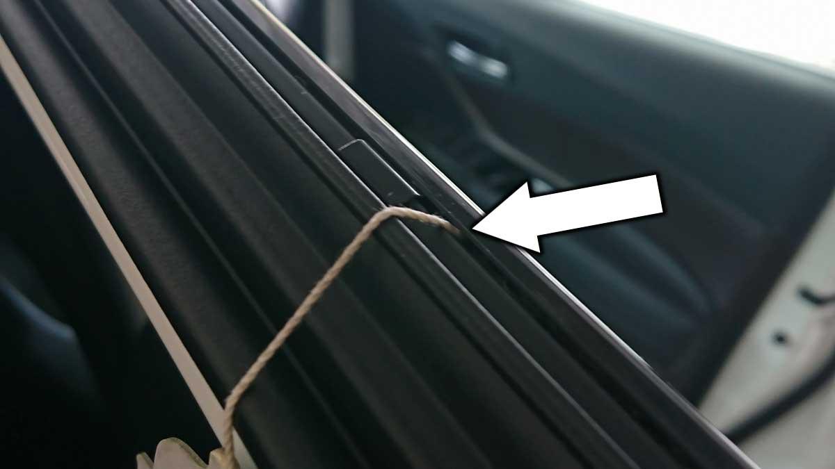 バイザーとドアの隙間に「タコ糸」を通す