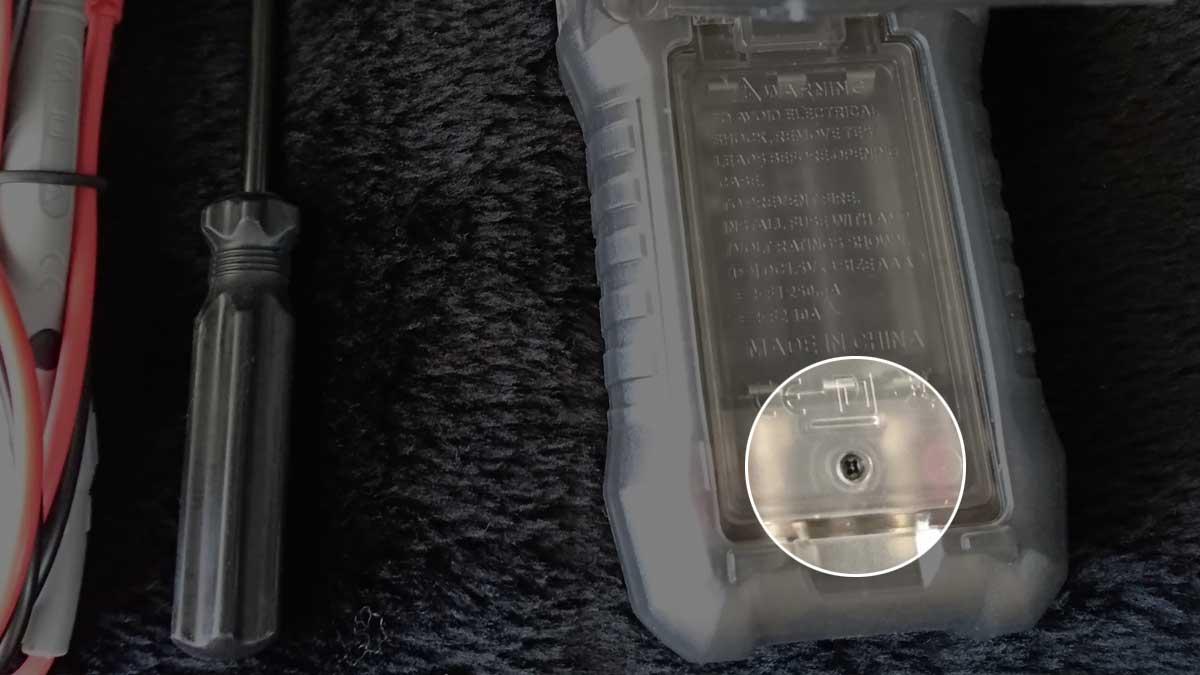 電池カバーのネジ位置