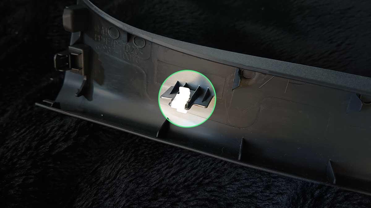 取り外したクリップは無くさないようにパネル側に取り付けてください。