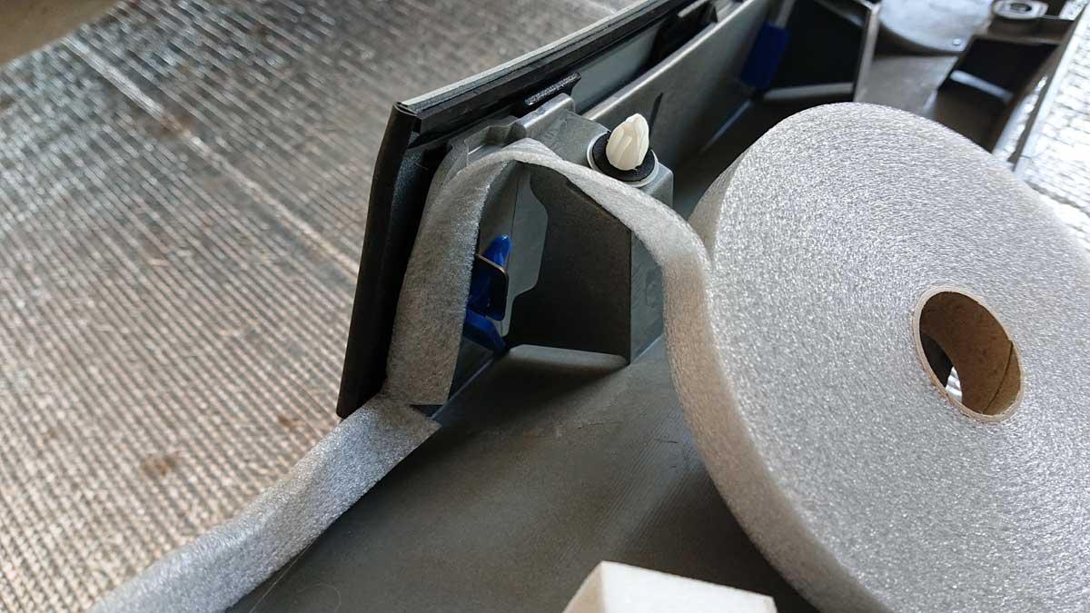 リヤスポイラー下の複雑な形状は見えない位置なのではみ出して貼り付けました。