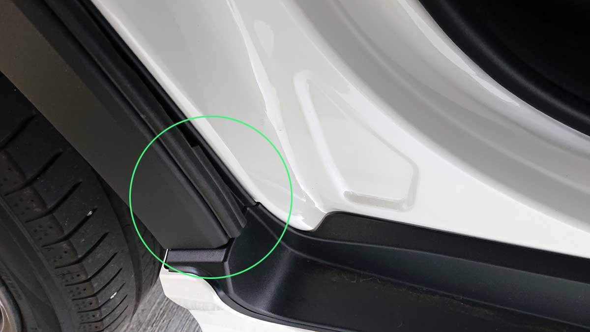 樹脂製フェンダーカバー下端の幅がある部分はB型のまま