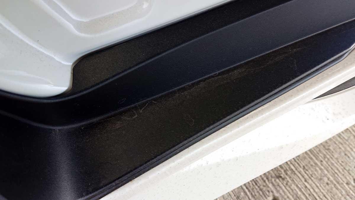 樹脂製サイドステップは汚れています。