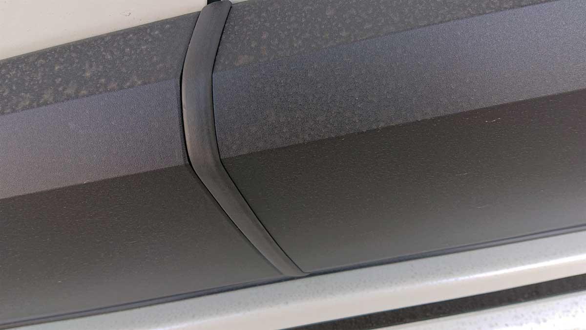ボディサイドの未塗装樹脂パーツにウェザーストリップを取り付け。