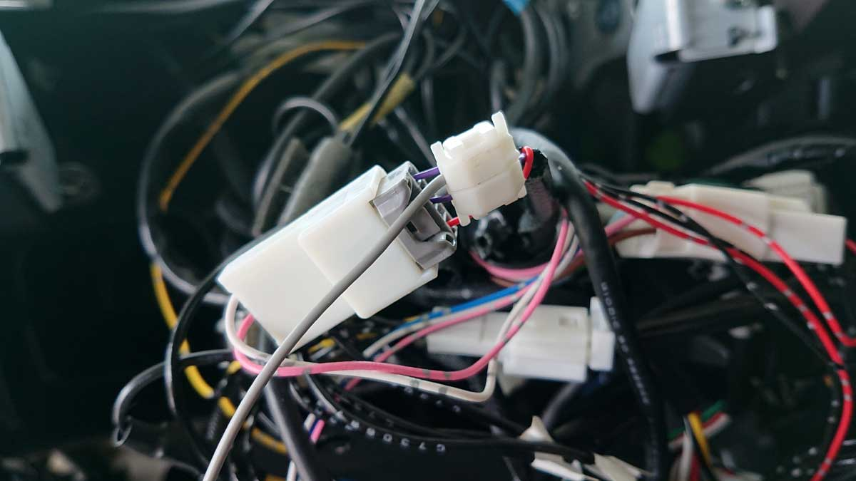 車両側のコネクターに接続
