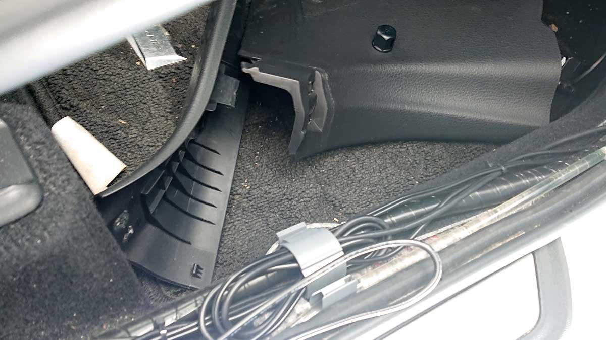 運転席側キックパネルと足元のパネルを取り外す