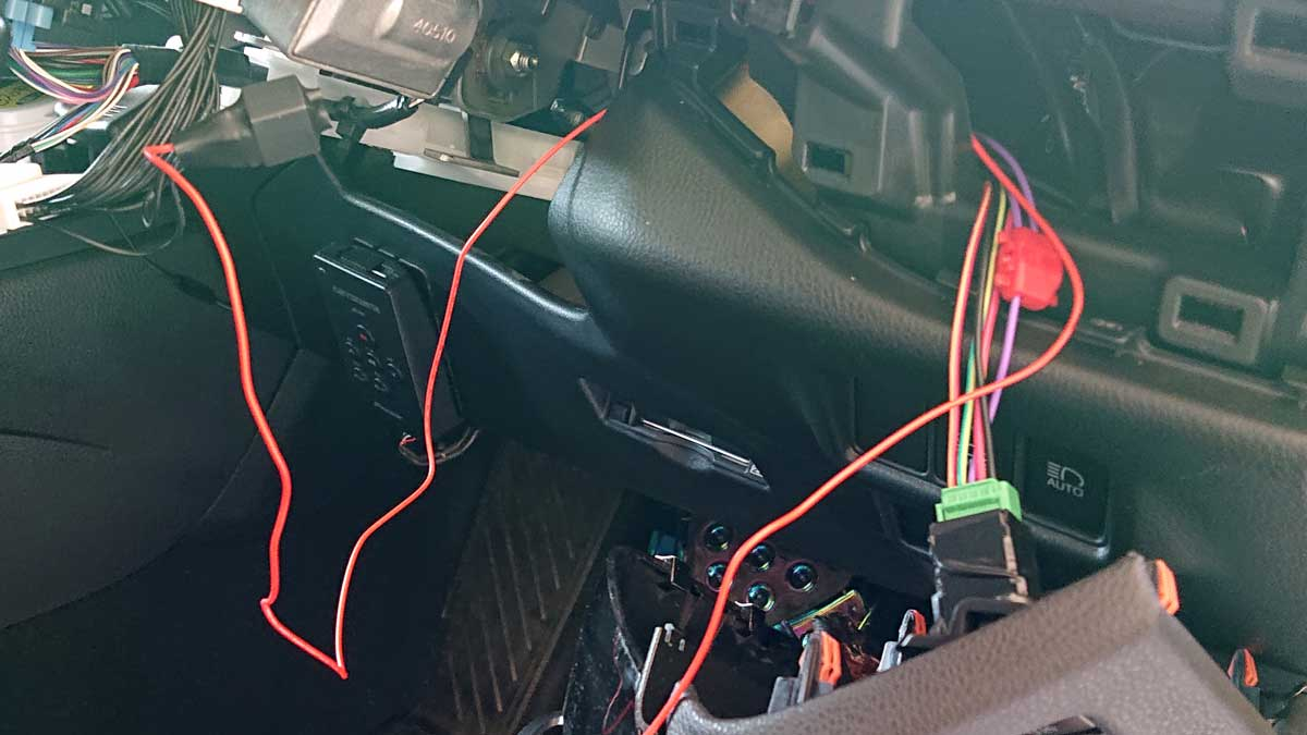 オートライトオフキットの赤ラインを接続しやすい位置に誘導