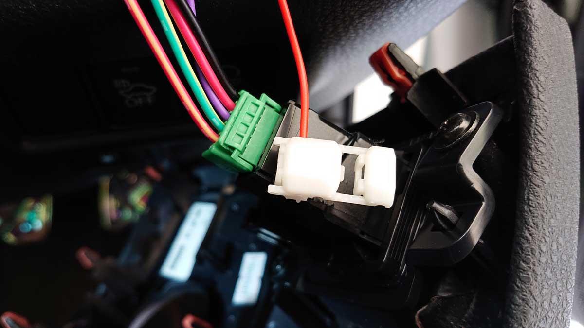 配線コネクター(白)を赤ラインに接続